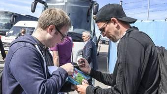 Fabian Frei gibt Autogramme bei der Ankunft in Eindhoven.