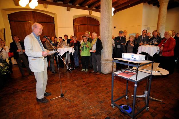 Franz Hohler spricht zu den Anwesenden
