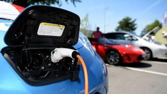 Der Kanton soll beim Kauf von neuen Fahrzeugen wenn immer möglich solche mit Alternativantrieben (Elektro- oder Wasserstoffantrieb) berücksichtigen. Das fordern Grossräte der Grünen. (Symbolbild)