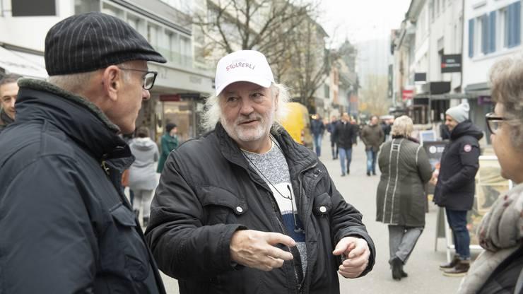 Peach Weber sprach auf der Badstrasse die Fussgänger an und  schwärmte ihnen von der Siggenthaler Rebensuppe vor.