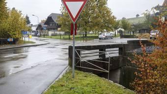 In der rund 8-wöchigen Neubau-Phase der Bibernbachbrücke wird der Verkehr durchs Dorf geleitet.
