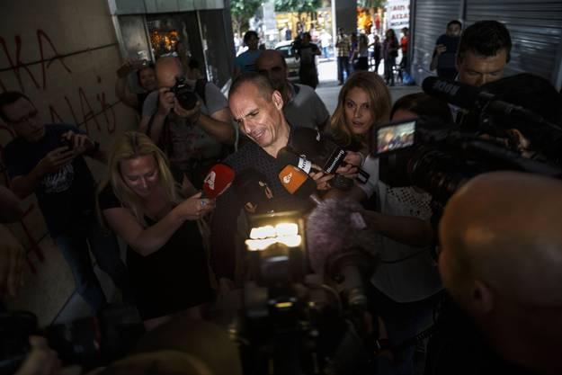 Der griechische Finanzminister Yanis Varoufakis wird von Journalisten belagert