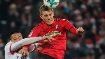 Freiburgs Nils Petersen gewinnt das Duell gegen Bobby Wood