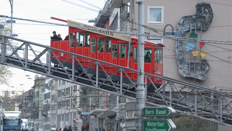 Heute gelangt man via Polybahn, Tram oder zu Fuss zur Uni. Geht es nach dem Kantonsrat, könnte dies auch einmal über den Luftweg geschehen.