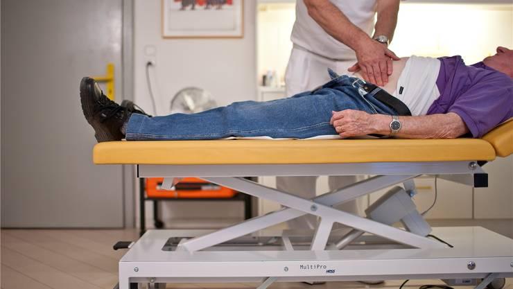Der Ärzte-Nachwuchs fehlt, deshalb müssen die wenigen verbleibenden Hausärzte immer mehr Notfalldienste übernehmen. KEYSTONE/Gaetan Bally