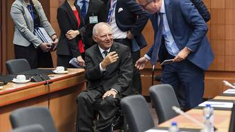 Die EU-Finanzminister konnten sich am Montagabend nicht auf weitere Griechenland-Hilfen einigen - Luxemburgs Finanzminister Pierre Gramegna spricht mit dem deutschen Amtskollegen Wolfgang Schäuble.