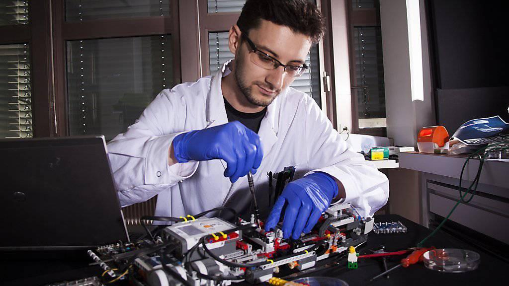 Studienautor Richard Moser von der Universität Linz benutzte ein selbst gebautes Dehnungsmessgerät aus Lego-Bausteinen zur Charakterisierung von dehnbarer Elektronik.