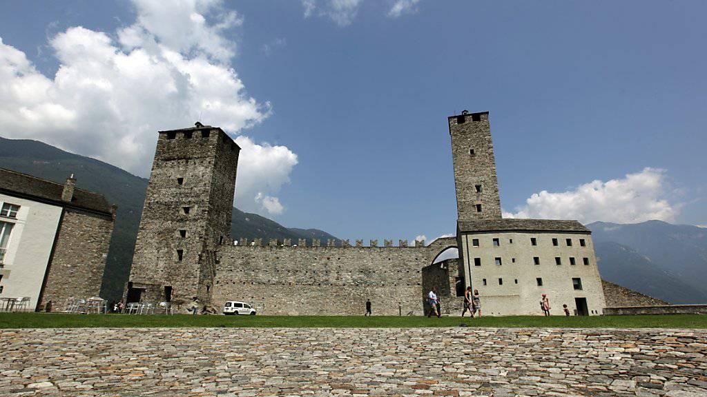 Wolken über der untersten der drei Burgen von Bellinzona im Kanton Tessin in der Schweiz.: Finanzprobleme belasten die Geschäftsführung(KEYSTONE/Urs Flueeler)