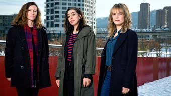 Christine Repond (l.) führt Regie während Carol Schuler (m.) und Anna Pieri Zuercher (r.) das Ermittlerinnenduo Tessa Ott und Isabelle Grandjean mimen.