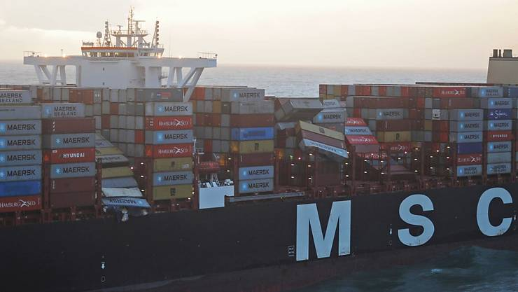 """Die Luftaufnahme aus einem Überwachungsflugzeug des Havariekommandos zeigt das Containerschiff """"MSC Zoe"""", das über 300 Container verloren hat."""