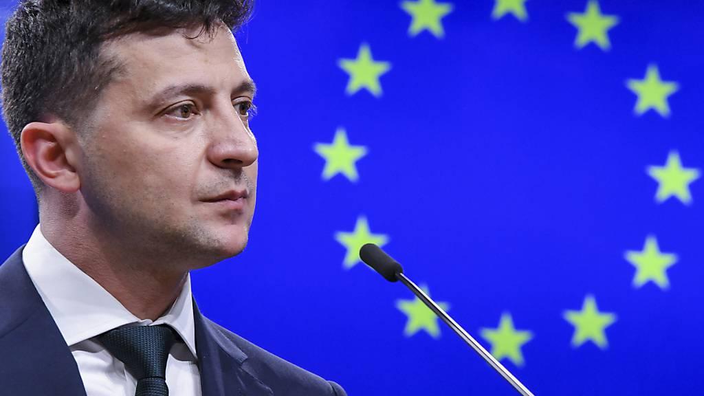 ARCHIV - Wolodymyr Selenskyj, Präsident der Ukraine, spricht im Europa-Gebäude während einer Pressekonferenz nach einem Treffen mit dem Präsidenten des Europäischen Rates. Foto: Riccardo Pareggiani/AP/dpa