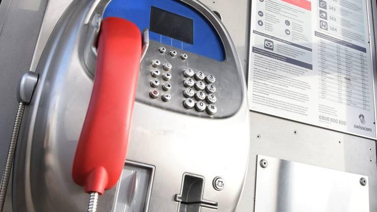 Die Telefonkabine an der Hauptstrasse in Rüfenach ist noch bis im Sommer in Betrieb. (Symbolbild)