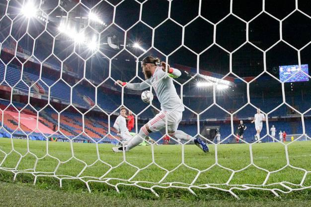 In letzter Sekunde: Ramos rettet auf der Linie gegen Haris Seferovic.