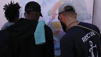 """Blick auf die Europakarte. Die 82 Bootsflüchtlinge an Bord des Rettungsschiffs """"Ocean Viking"""" dürfen in Lampedusa an Land gehen."""