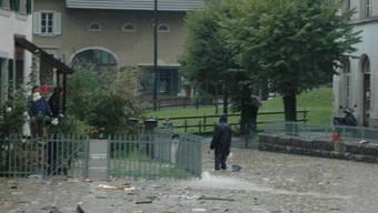 Das Hochwasser vom 9. August 2007 hatte in Zwingen die Dorfstrasse beim alten Schulhaus überflutet.