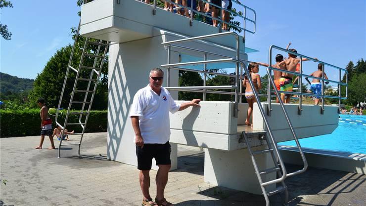 Bei diesem Wetter stehen die Kinder Schlange, um vom Turm ins kühle Nass hinunterzuspringen. Betriebsleiter Hans Kaeser hat die Wasserratten im Blick.