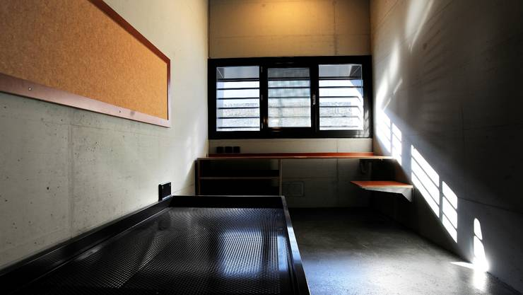 Der Direktor führt durch sein neues Gefängnis