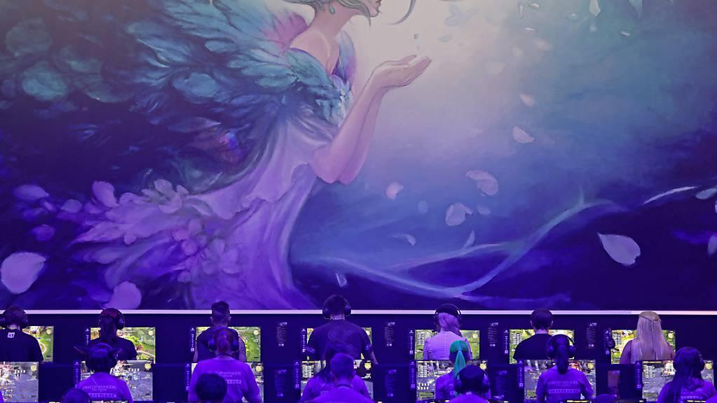 Die Gamescom soll erstmals digital stattfinden - im Bild spielen Besucher der Gamescom 2019 das Computerspiel «Final Fantasy».