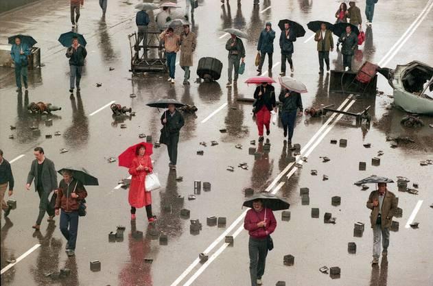 Menschen laufen am 21. August 1991 durch die Strassen Moskaus.