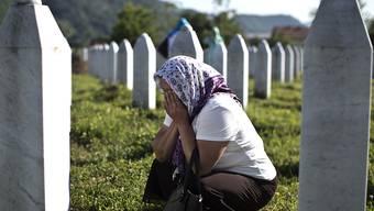 Eine Frau trauert um die Opfer von Srebrenica. (Archiv)