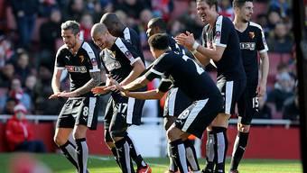 Valon Behrami (links) feiert mit seinen Teamkollegen von Watford den 2:1-Sieg im FA-Cup-Viertelfinal bei Arsenal
