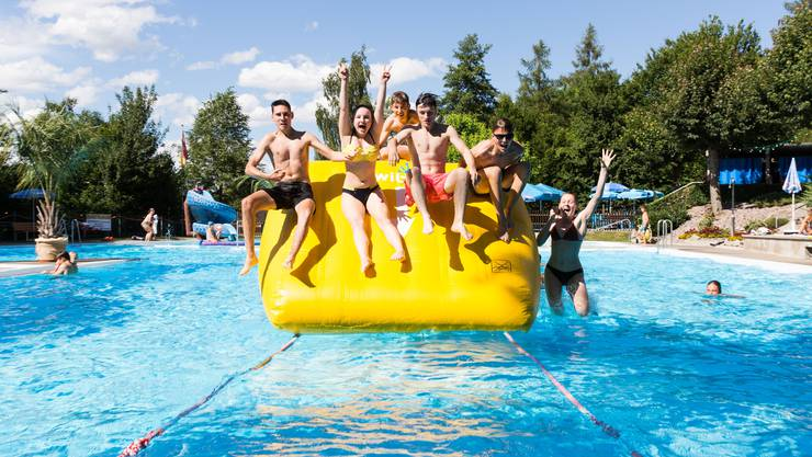 Badewetter genossen In vielen Schwimmbädern, sowie an den Flüssen und Seen im Kanton, war die Sommersaison so lang wie kaum einmal zuvor.