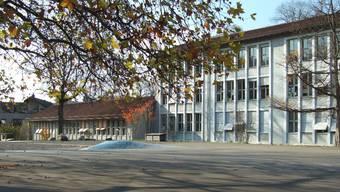 Das Schulhaus Saatlen im Zürcher Kreis 12 soll einem Neubau weichen. (Archiv)