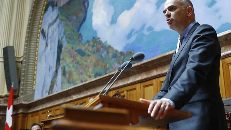 Die Debatte bringe ihn zum Schwitzen, sagte Gesundheitsminister Alain Berset im Nationalrat. Es ging um die Frage, ob der Bundesrat ein Verbot von Aluminiumsalzen in Deodorants prüfen soll.