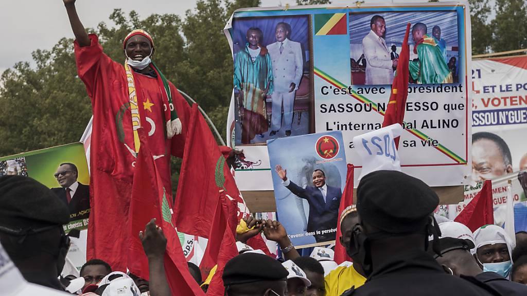 Unterstützer von Präsident Sassou-Nguesso jubeln während der letzten Kundgebung des Wahlkampfes. Foto: Zed Lebon/AP/dpa