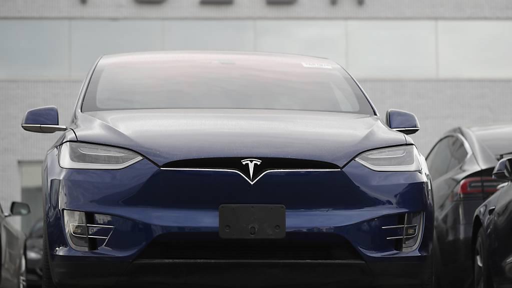 Der Tesla-Konzern hat mit guten Quartalszahlen die Börse überrascht und die Titel legten deutlich zu. (Archivbild)