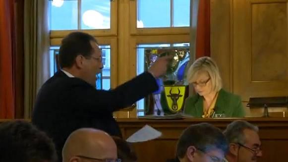 Hans-Peter Amrein brüllt herum. Erst als ihm der Ratspräsident offiziell das Wort entzieht, wird er ruhiggestellt.