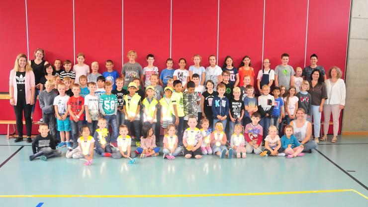 Kindergärtler, Schulkinder und Lehrkräfte besammelten sich zum Erinnerungsfoto.