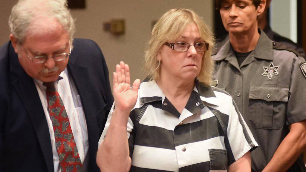 Die zu einer mehrjährigen Haftstrafe verurteilte frühere Gefängnismitarbeiterin während der Gerichtsverhandlung in Plattsburgh