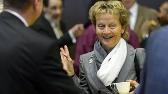 Finanzministerin Eveline Widmer-Schlumpf diskutiert mit BDP-Parteigenossen am Parteitag in Genf vom 4. Mai.
