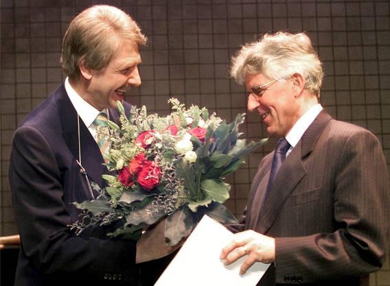 Der Zürcher Stadtpräsident Josef Estermann übergibt an einer Feier in der Schiffbauhalle im Dezember 2000 dem Literaturkritiker und Publizisten Peter von Matt den Kunstpreis der Stadt.