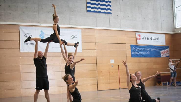 Das Aerobic-Team des TV Lenzburg an der Aargauer Meisterschaft im Vereinsturnen. Mit ihrer Übung holten sie den Titel.