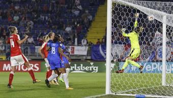 Gaelle Thalmann greift gegen Frankreich daneben.