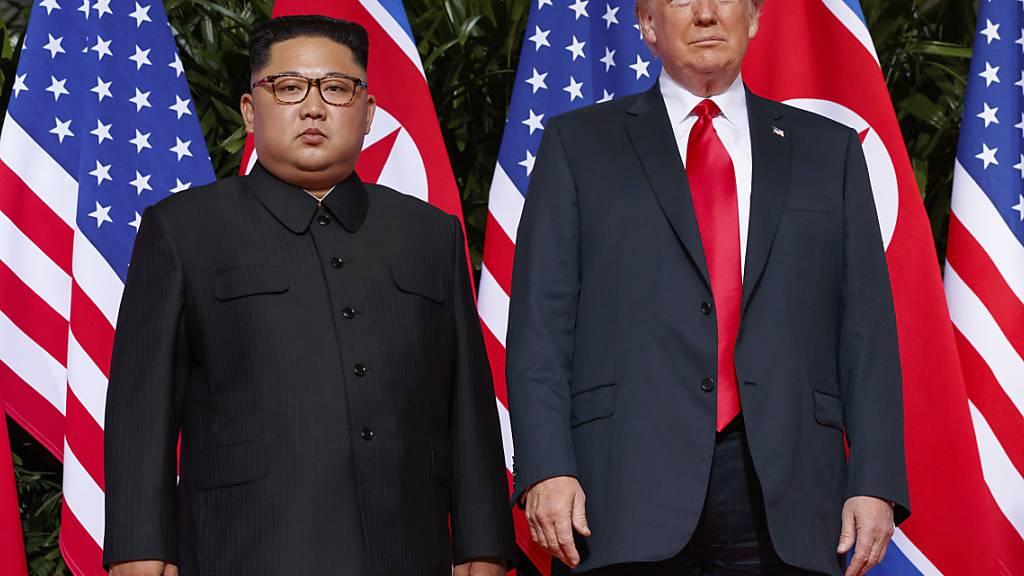 US-Präsident Donald Trump und der nordkoreanische Machthaber Kim Jong Un bei einem Treffen am 12. Juni 2018. US-Aussenminister Mike Pompeo sagt nun, die USA seien zu weiteren Gesprächen bereit. (Foto: Evan Vucci/AP/ KEYSTONE-SDA)