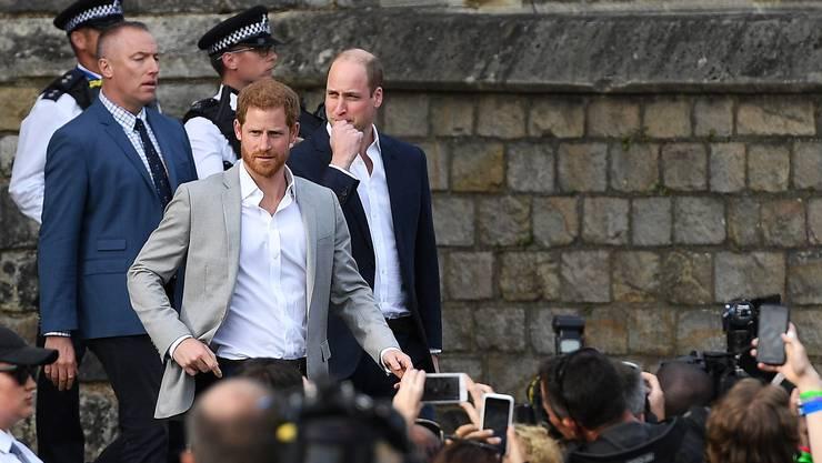 Prinz Harry hat am Vorabend seiner Hochzeit mit Meghan Markle die bereits in Windsor versammelten Fans glücklich gemacht: