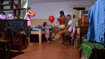 Familie Kast in ihrem Zuhause auf den Philippinen.