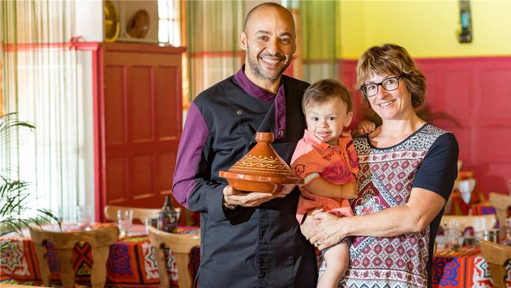 Yasser Ali präsentiert einen Taijne-Dampfgartopf. Seine Ehefrau Doris Hostettler und Sohn Dylan sind auch oft im Lokal.