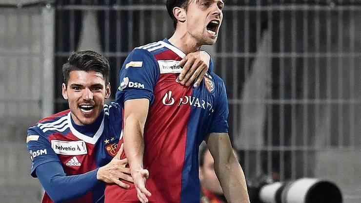 Valentin Stocker (rechts) schiesst Basel in Sion in den Cup-Halbfinal.
