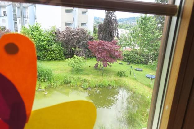 Auch der Aussenbereich der Kita Stärneland ist schon bewohnt. Sichtbar ist aber nur die Ente, der Frosch quakt aus dem schützenden Gebüsch.