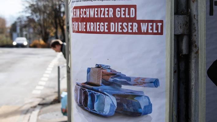 Ein Plakat wirbt für die Kriegsgeschäfts-Initiative.