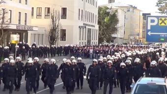 Die FCB-Fans werden von hunderten Polizisten durch Salzburg geführt.