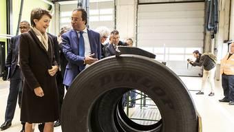 Verkehrsministerin Simonetta Sommaruga (l.) und ihr marokkanischer Amtskollege Abdelkader Amara im Schwerverkehrszentrum in Ripshausen.