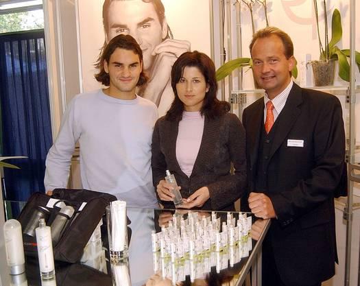 2003 lancierte Roger Federer mit seiner heutigen Frau Mirka und dem Duftexperten Joachim Benke die RF Cosmetics.