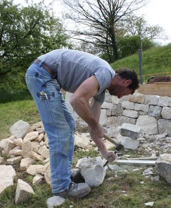 Das Erstellen der Mauern ist pure Handarbeit, ein faszinierendes Handwerk.