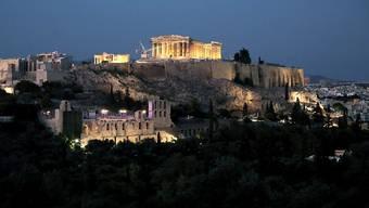 Die griechische Polizei fahndet nach einem französischen Banker, der nach einem Gerichtsverfahren in Athen seine Fussfessel entfernte und nun auf der Flucht ist. (Symbolbild)