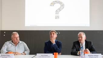 Das Gesamtverkehrskonzept enthält konkrete Massnahmen, aber auch Fragezeichen: Regierungsrat Stephan Attiger, Verkehrsexperte Carlo Degelo und Brugg-Regio-Vertreter Richard Plüss (von rechts) an der Medienkonferenz.